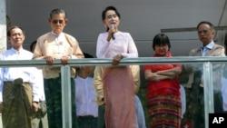 9일 미얀마 양곤에서 야당 지도자 아웅산 수치 여사(가운데)가 연설하고 있다.