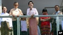 Shugabar jam'iyyar NLD Aung San Suu Kyi tana yiwa magoya bayanta jawabi