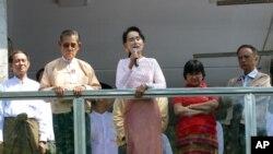 មេដឹកនាំគណបក្សប្រឆាំងមីយ៉ាន់ម៉ា លោកស្រី អោង សានស៊ូជី ថ្លែងសុន្ទរកថានៅព្រឹកថ្ងៃចន្ទនេះទៅកាន់គាំទ្រគណបក្សរបស់លោកស្រី នៅទីក្រុង Yangon ប្រទេសមីយ៉ាន់ម៉ា កាលពីថ្ងៃទី៩ ខែវិច្ឆិកា ឆ្នាំ២០១៥។