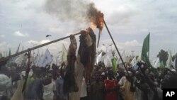 穆斯林在卡诺抗议后焚烧美国国旗和奥巴马肖像