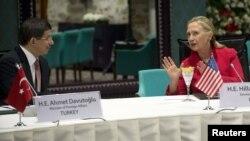 هیلاری کلینتون وزیر امورخارجه آمریکا و احمد داوود اوغلو در جلسه استانبول در باره اوضاع سوریه تبادل نظر کردند