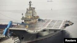 中国的第一艘航母辽宁号9月22日停泊在大连港