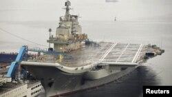 """中國第一艘航空母艦""""遼寧艦""""今年9月22日停泊在大連港"""