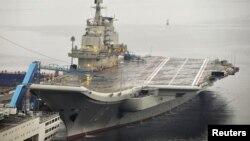 Hàng không mẫu hạm đầu tiên của Trung Quốc tại cảng Đại Liên
