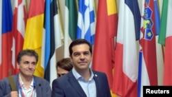 希腊总理齐普拉斯(右)和财政部长察卡洛托斯(左)2015年7月13日离开在布鲁塞尔举行的欧元区领导人峰会。