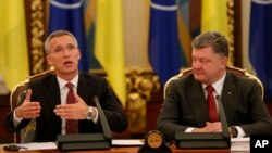 22일 우크라이나 키예프에서 열린 국가안전보장회의에 참석한 옌스 슈톨텐베르그 나토 사무총장(왼쪽)이 발언하고 있다. 그 옆으로 페트로 포로센코 우크라이나 대통령이 앉아 있다.