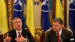 Ukrayna prezidenti Petro Poroşenko və NATO Baş katibi Cens Stoltenberq