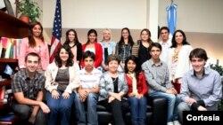 La embajadora de EE.UU. en Argentina, Vilma Martínez, centro, despidió a un grupo de jóvenes estudiantes que visitarán Washington