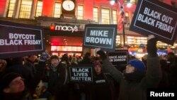 Người biểu tỉnh ở khu vực St. Louis, Chicago, New York và các thành phố khác của Mỹ đã kêu gọi tẩy chay mua sắm để bày tỏ tình đoàn kết.