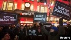 27일 블랙프라이데이 세일을 앞둔 미국 뉴욕의 '메이시 백화점' 앞에서 시위대가 흑인 청년 총격 사망 사건에 항의하고 있다.