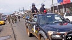 Binh sĩ Liberia tuần tra trên đoờng phố để trấn an cư dân lo sợ virus Ebola lây lan tại thành phố Monrovia.