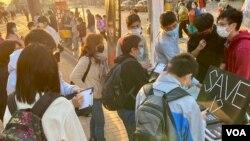 大批市民響應呼籲,在大圍街站寫聖誕卡向12港人送上祝福。(美國之音湯惠芸)
