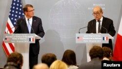 20일 서방 7개국 국방장관 회의가 열린 프랑스 파리에서 애슈턴 카터 미 국방장관(왼쪽)과 징 이브 르 드리앙 프랑스 국방장관이 공동기자회견을 하고 있다.