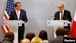 Menhan AS Ash Carter (kiri) dan Menhan Perancis Jean-Yves Le Drian dalam konferensi pers bersama usai pertemuan di Paris, Rabu (20/1).
