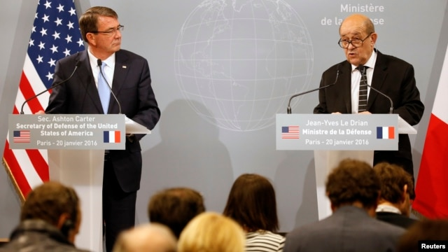 French Defense Minister Jean-Yves Le Drian (R) and U.S. Defense Secretary Ash Carter (L) speak at a news conference at the French Defense Ministry in Paris, Jan. 20, 2016.
