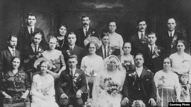 Батько й матір Джека на весіллі - Іван Палагнюк (найвищий чоловік на фото) та його Анна Ґрам'як-Палагнюк, що стоїть ліворуч від нього