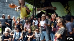 """Heri Kris, di antara seniman rupa Yogya yang tergabung dalam wadah """"Mas Rejo"""", membacakan dukungan mereka atas 'Revolusi Mental' yang diangkat oleh Capres Jokowi, Minggu, 15 Juni 2014 (Foto: VOA/Munarsih)"""