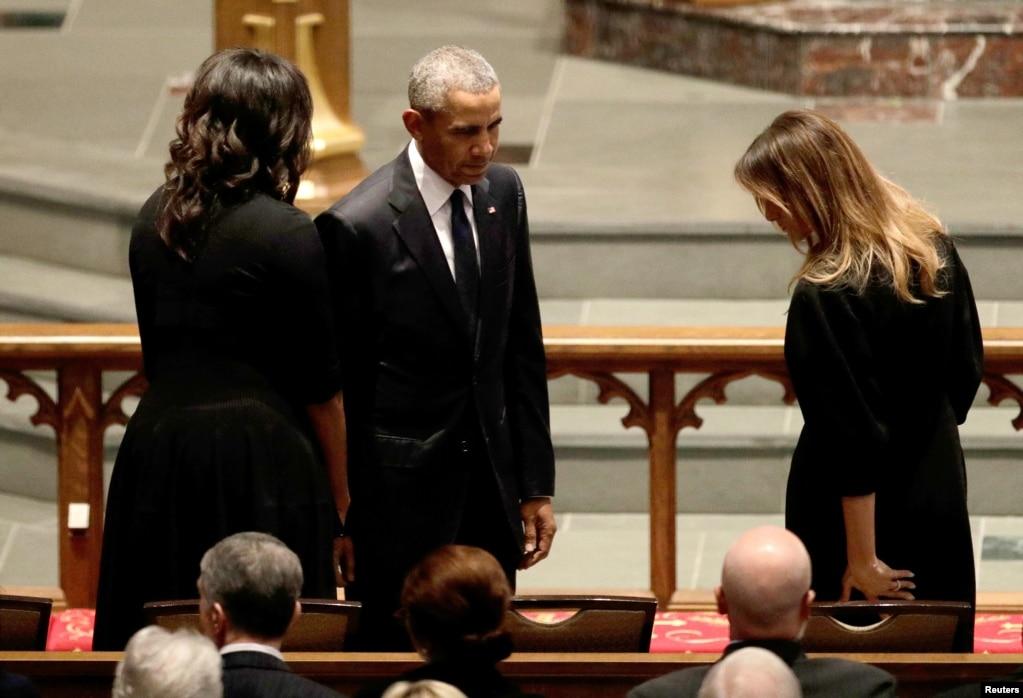 在德克薩斯州休斯敦的聖馬丁主教教堂為美國前第一夫人芭芭拉布什舉行的葬禮上,前總統奧巴馬及其夫人米歇爾奧巴馬問候美國第一夫人梅拉尼亞·川普(2018年4月21日)。