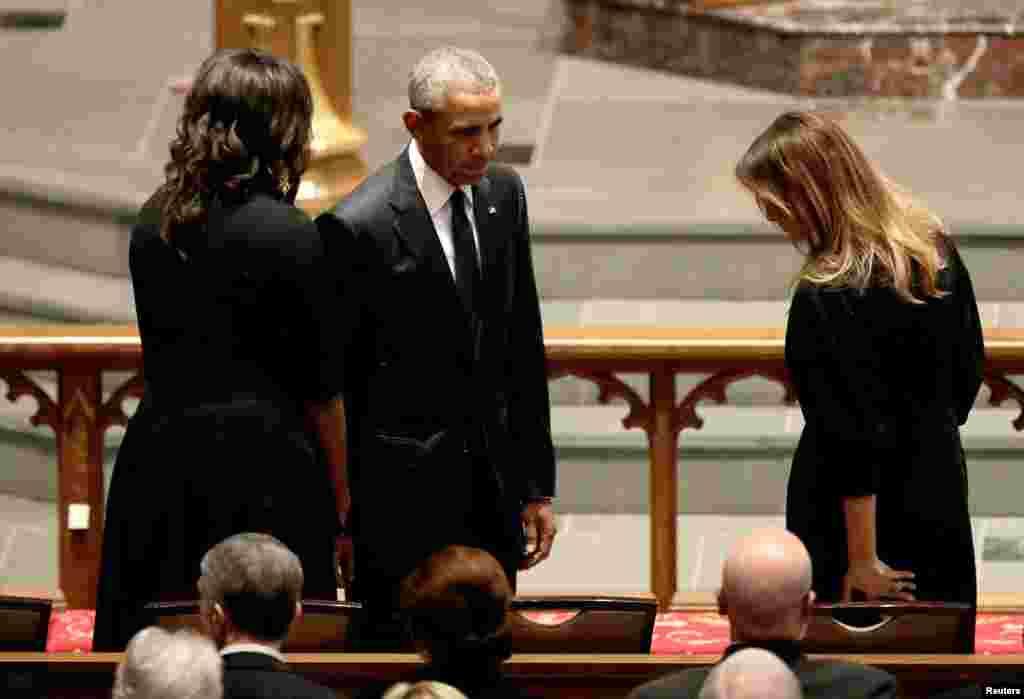 L'ex-président Barack Obama et l'ancienne première dame Michelle Obama rendent un dernier hommage à la première dame Melania Trump à l'église épiscopale de St. Martin, Houston, Texas, 21 avril 2018.
