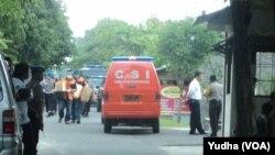 Polisi mengangkut barang bukti dari rumah kontrakan tersangka teroris di Solo (Foto: VOA/Yudha)