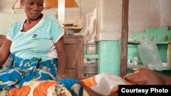 Un enfant de 2 ans dans le coma pour cause de paludisme. Sa mère est enceinte du 9ème enfant. Tshilundu, Kasai Oriental, RDC, 3 mars 2015.