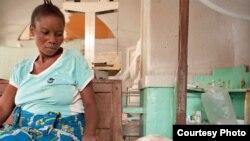 Antho akimwangalia mwanae aliyelazwa hospitali huko Drc.
