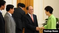 지난해 7월 박근혜 한국 대통령(오른쪽)이 청와대에서 응웬 신 흥 베트남 국회의장을 접견해 악수하고 있다. (자료사진)