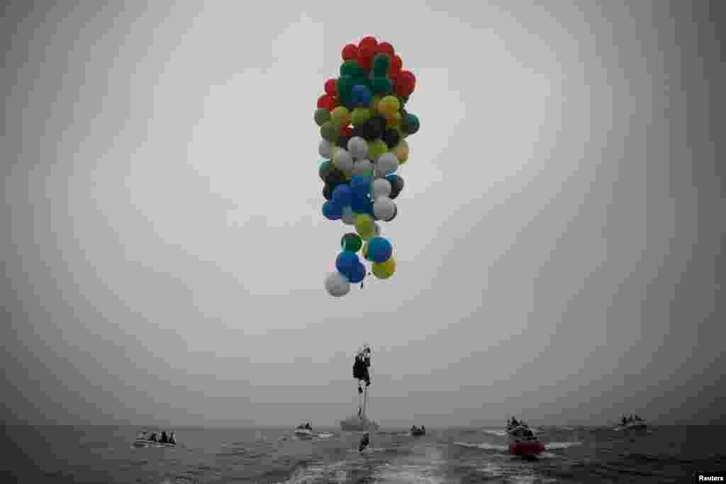 南非男子斯瑞沃.瓦尔兰西使用氦气球从罗本岛的机场跨越大西洋,飞到开普敦。瓦尔兰西通过这次长达7公里的飞行为曼德拉儿童医院筹集资金。