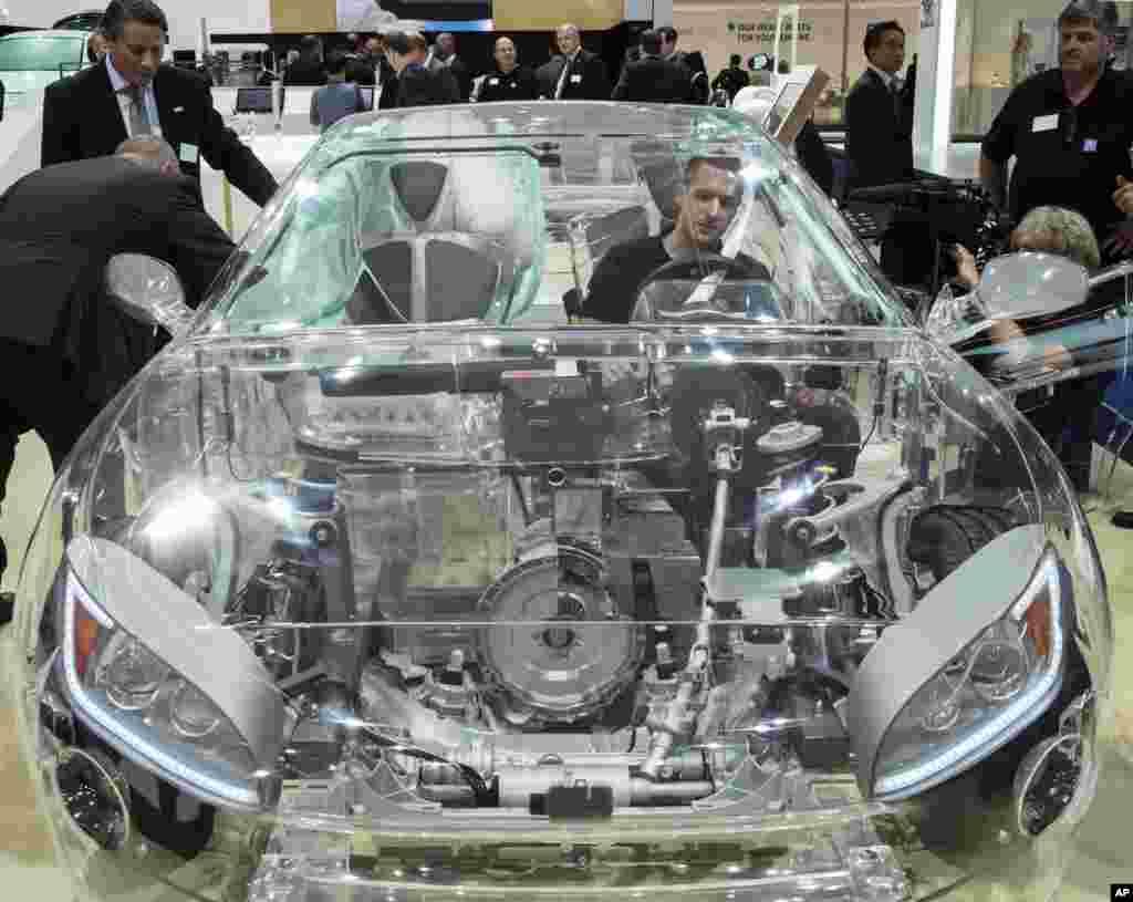 រថយន្តឆ្លុះមើលឃើញផ្ទៃខាងក្នុងរបស់ក្រុមហ៊ុន ZF ដែលបំពាក់ដោយប្រព័ន្ធសន្តិសុខផ្សេងមួយ ត្រូវបានដាក់តាំងបង្ហាញនៅថ្ងៃទី២នៃពិព័រណ៌ឡាន Frankfurt Auto Show IAA ប្រទេសអាល្លឺម៉ង់ នៅថ្ងៃទី១៦ ខែកញ្ញា ឆ្នាំ២០១៥។