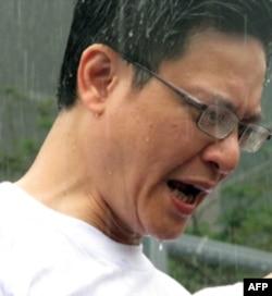 社民连副主席陶君行被雨水淋透