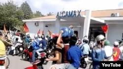 Ảnh chụp từ video trên YouTube cho thấy các công nhân làm việc trong các khu công nghiệp ở Bình Dương xuống đường với quốc kỳ Việt Nam.