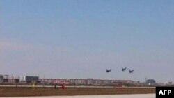Các phi công trong đội bay biểu diễn của Không lực Quân Đội Nhân Dân Trung Quốc bay biểu diễn loại phản lực cơ chiến đấu J-10 do Trung Quốc sản xuất