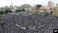 ພວກປະທ້ວງຫຼາຍໆຮ້ອຍຄົນໄປໂຮມຊຸມນຸມກັນຢູ່ຈະຕຸລັດ Tahrir ທວງໃຫ້ເປີດການດຳເນີນຄະດີທ່ານ Mubarak