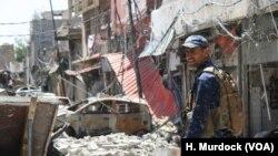 """2017年6月29日,伊拉克联邦警察和""""人民动员""""部队共同驻守西摩苏尔,这是一支主要由什叶派民兵组成的正规战斗力量。"""
