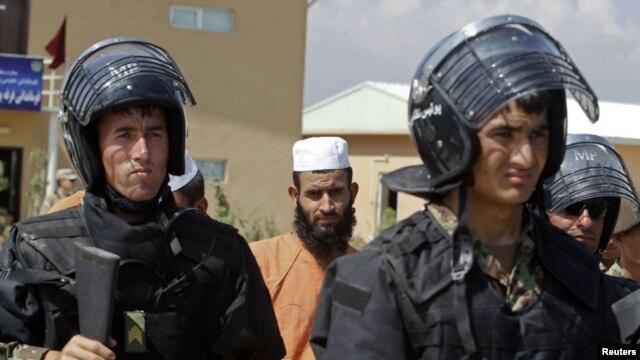 Binh sĩ Afghanistan tại nhà tù Bagram.
