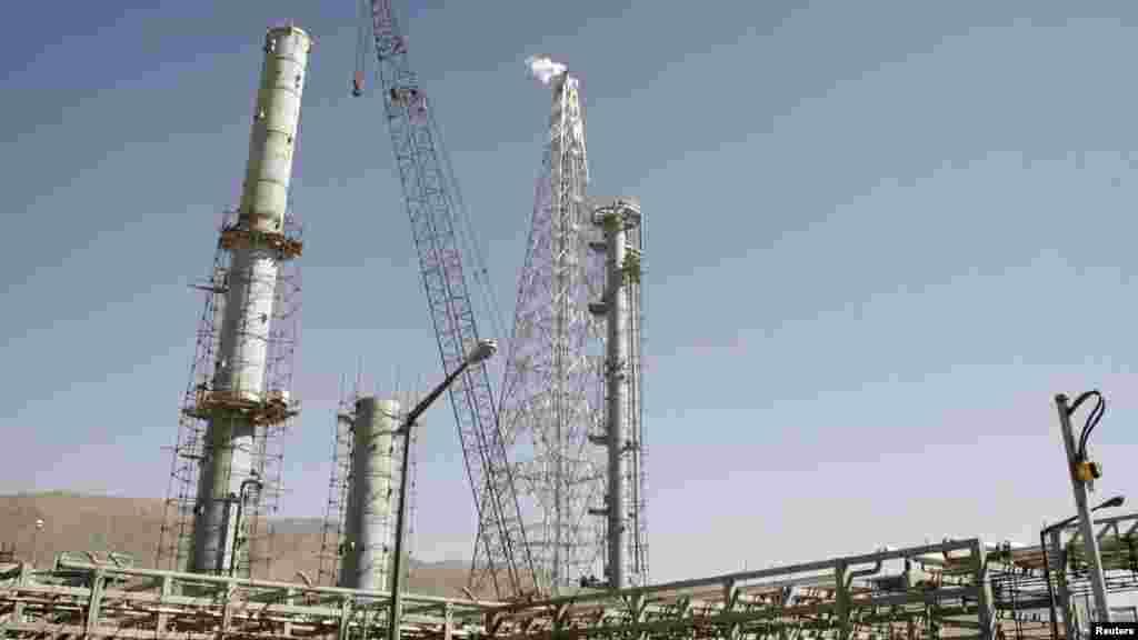 مقام های آمریکایی تایید کرده اند که در راستای توافق هسته ای ۲۳ تن آب سنگین از ایران خریداری می کنند. آب سنگین در این نیروگاه (اراک) تهیه می شد که می تواند برای تولید بمب هسته ای استفاده شود و جمهوری اسلامی ایران در توافق هسته ای سال گذشته پذیرفت که مازاد نیاز صلح آمیز خود را به آمریکا بفروشد.