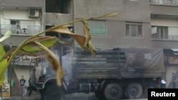 7月18日大马士革市郊的一辆被焚烧的效忠叙利亚总统阿萨德的军车冒烟