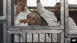 穆斯林兄弟會的領導人穆罕默德·巴迪和其他13名被告在審判庭上。(資料圖片)