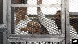 穆斯林兄弟会的领导人穆罕默德·巴迪和其他13名被告在审判庭上。
