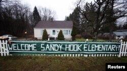 Una manta da la bienvenida a la escuela Chalk Hill donde los estudiantes desplazados de Sandy Hook comienzan clases este jueves.