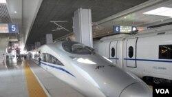 Tiongkok meluncurkan perjalanan perdana layanan kereta berkecepatan tinggi antara Beijing dan Shanghai, Kamis (28/6).