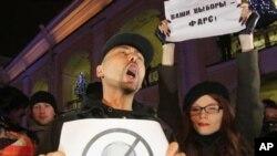 俄罗斯反对派活动人士12月4日在圣彼得堡高呼反对普京和抗议选举作弊的口号