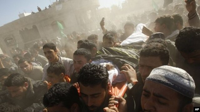 Palestinians carry the body of Mahmoud Al-Najar during his funeral in Khan Younis in the southern Gaza Strip, 26 Dec 2010. He was killed in Israeli strike.