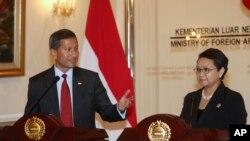 Ngoại trưởng Singapore (trái) và Ngoại trưởng Indonesia (phải)