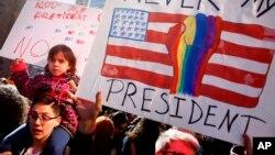 معترضان با پلاکاردهایی با شعار «او رئیس جمهوری من نیست» در نیویورک