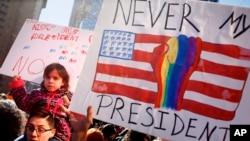 """Người dân cầm biểu ngữ trong cuộc biểu tình """"Không phải Tổng thống của tôi"""" tại New York, ngày 20 tháng 02 năm 2017."""