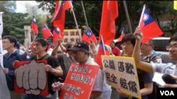 5月14日下午民众来到菲律宾驻台机构前抗议(美国之音记者杨晨拍摄)
