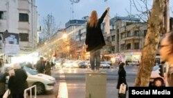 یکی از «دختران خیابان انقلاب» که به حجاب اجباری معترض هستند