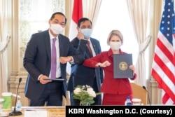 Dubes Indonesia untuk Amerika Serikat Muhammad Lutfi dan Presiden Exim Bank AS Kimberley Reed usai menandatangani Nota Kesepahaman mengenai pendanaan infrastruktur, disaksikan oleh Menko Maritim dan Investasi Luhut B. Pandjaitan, Rabu, 18 November 2020. (