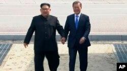 韩国总统文在寅和朝鲜领导人金正恩手拉手从非军事区分界线北侧返回南侧